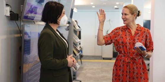 Tourismusministerin Elisabeth Köstinger (VP) ließ sich von Herausgeberin Eva Dichand den Newsroom zeigen.