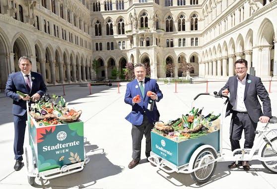 Die Marke für landwirtschaftliche Produkte aus Wien wurde im Rathaus gemeinsam präsentiert (von links nach rechts): LK-Präsident Franz Windisch, Bürgermeister Michael Ludwig (SPÖ) und Umweltstadtrat Jürgen Czernohorszky (SPÖ).