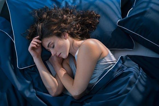Sechs bis sieben Stunden Schlaf pro Nacht sollen laut dieser Studie ideal sein.
