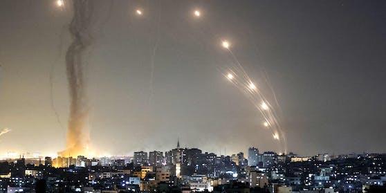 Raketen steigen aus dem Gazastreifen in Richtung Israel auf.
