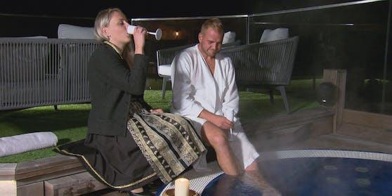 Steirer Stefan trägt nur einen Bademantel. Wie wohl Kathrin darauf reagiert?