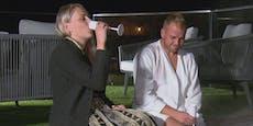 ATV-Bauer Stefan überrascht Katrin im Bademantel
