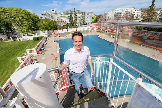 Vizebürgermeister und Bäder-Stadtrat Christoph Wiederkehr (Neos) vor Saisonstart auf Besuch im Wiener Kongressbad (Ottakring).