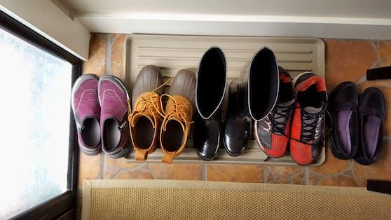 Auf Schuhsohlen finden sich viele Bakterien, die wir in die Wohnräume tragen