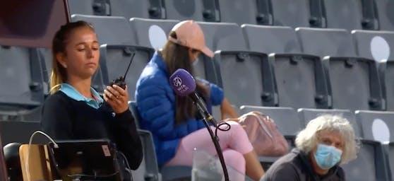 Lara Morgane fordert Verstärkung an, weil Sergio Giorgi (rechts mit Maske) sie anstarrt.