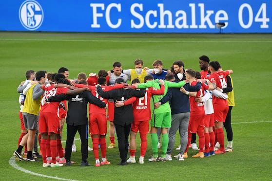 Die Berliner Hertha feiert den Sieg auf Schalke.