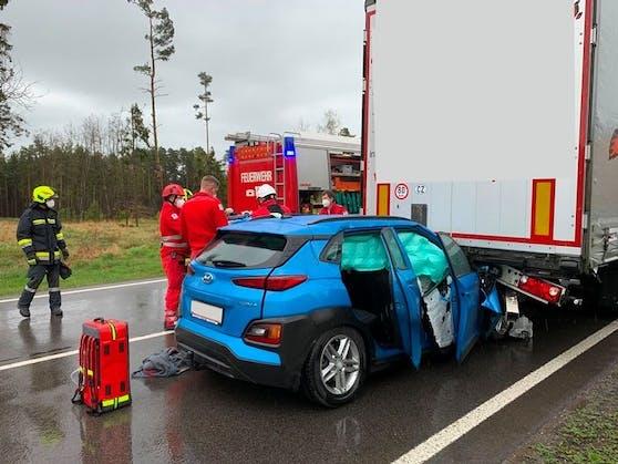 Der Pkw-Lenker wurde verletzt.