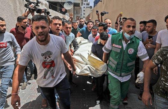Die jüngste Eskalation der Gewalt hat auf beiden Seiten Todesopfer gefordert. Im Bild: Palästinenser tragen ein Verstorbenen