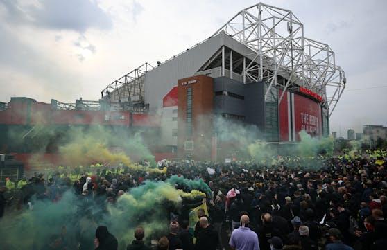 Fans protestieren vor dem Old Trafford.