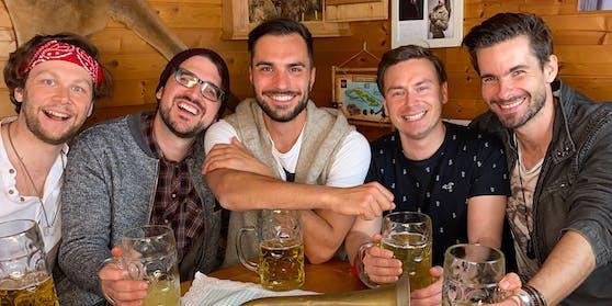 """Die """"Mountain Crew"""": Frontmann Philipp Rafetseder (Mitte) und Christoph Kneidinger (Akkordeon, Keyboard, Gesang), Laurids Geffke (Bass, Gesang), Bernhard Schwaiger (Schlagzeug, Gesang) und Reinhard Spindelberger (Gitarre, Gesang)."""