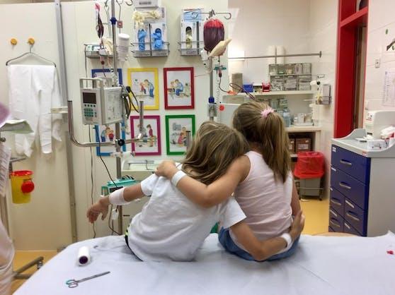 Louis (l.) und Josefine bei der Behandlung