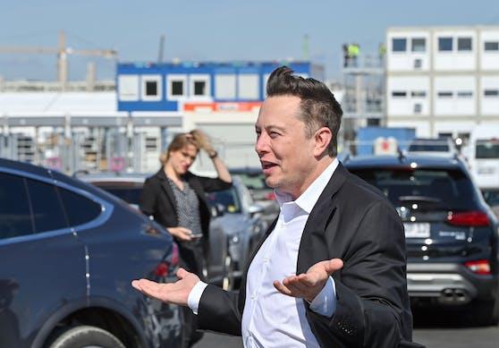 Tesla-Boss Elon Musk beim Besuch seiner Giga-Factory-Baustelle in Grünheide nahe Berlin. Archivbild, September 2020