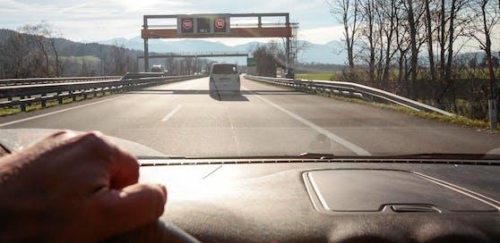 Ein Pkw auf der Autobahn. (Symbolbild)