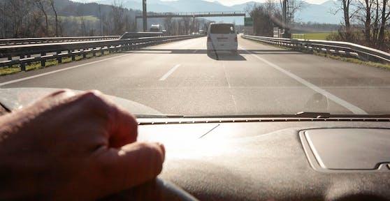 Ein Pkw auf der Autobahn. Symbolbild
