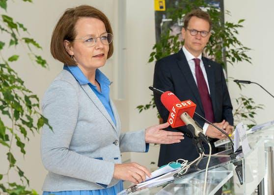 Familien-Landesrätin Christiane Teschl-Hofmeister und EVN Vorstandsdirektor Stefan Szyszkowitz bei der Pressekonferenz.