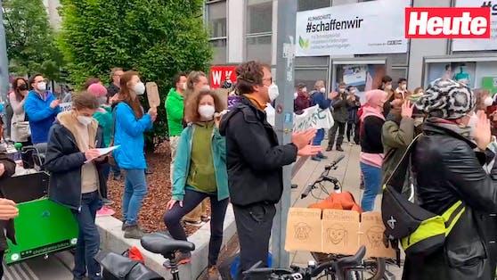 Demonstranten vor der Wirtschaftskammer in der Wieden.