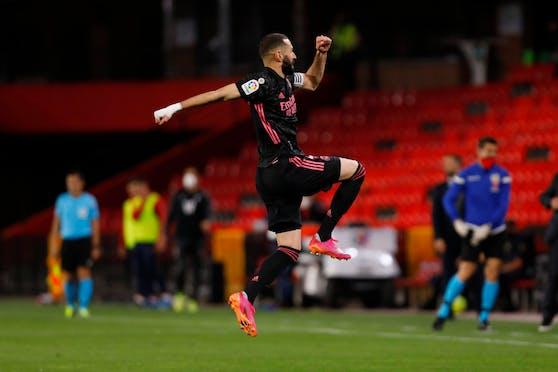 Karim Benzema feiert seinen Treffer gegen Granada.