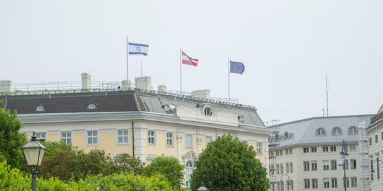 Israels Fahne auf dem Bundeskanzleramt.