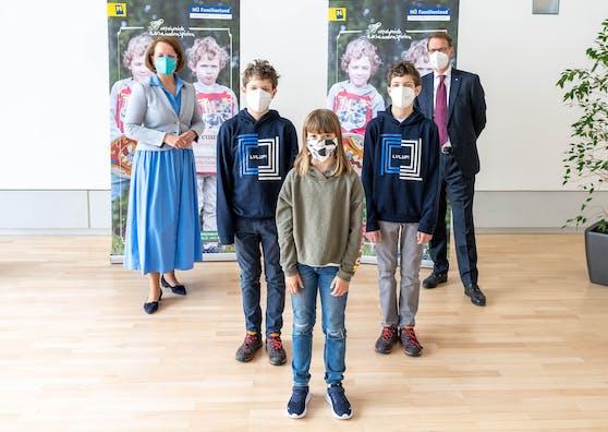Familien-Landesrätin Christiane Teschl-Hofmeister und EVN Vorstandsdirektor Stefan Szyszkowitz freuen sich mit Magdalena, Alexander und Maximilian auf die Ferienbetreuung im Sommer.