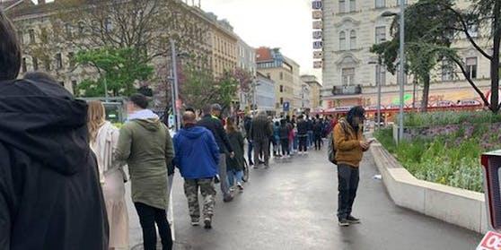 Etliche Wiener standen im Regen für ein Eis an.