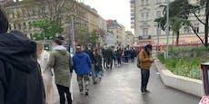 Wiener stehen meterlang im Regen vor Eisgeschäft an