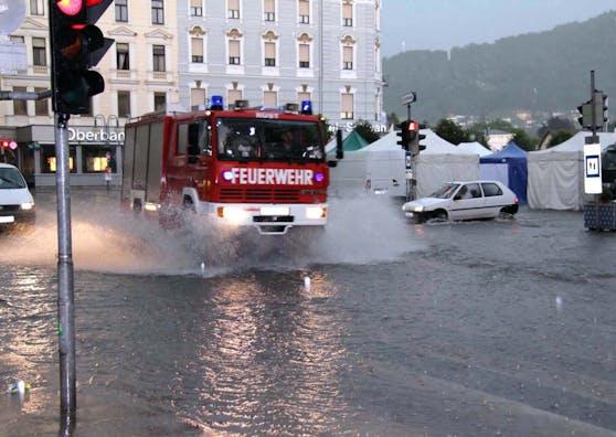 Symbolbild: Feuerwehreinsatz nach einem Starkregen-Ereignis