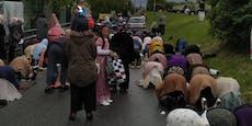 Hunderte Wiener Muslime beten im Regen auf der Straße