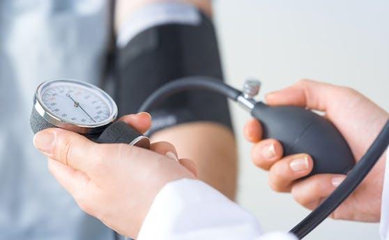 Messen Sie zu Hause mit Ihrem eigenen Messgerät den Blutdruck, sollten Sie vor der Messung im Sitzen mindestens fünf Minuten körperliche Ruhe einhalten. Trinken Sie zuvor weder Kaffee noch Alkohol, da diese den Blutdruck beeinflussen. Messen Sie den Blutdruck zwei- oder dreimal in Folge mit einer Pause von einer halben Minute. Der Durchschnittswert Ihrer letzten beiden Messungen ist maßgeblich.