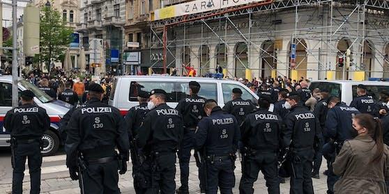 Massives Polizeiaufgebot zwischen den Gruppen