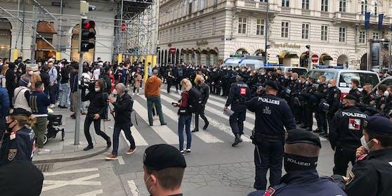 Eine dichte Polizei-Kette trennte die Gruppen