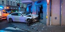 BMW-Lenker verliert Kontrolle und rast in Schaufenster