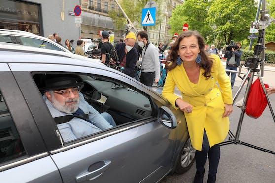 """Verkehrsstadträtin Ulli Sima (SPÖ) mit Kabarettist Michael Niavarani am Set zum Videodreh für die Aktion """"Mehr Liebe im Verkehr""""."""
