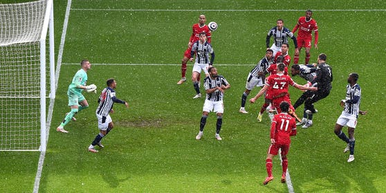 Liverpool-Tormann Alisson (rechts im Bild) steioigt hoch und köpfelt zum 2:1 ein.