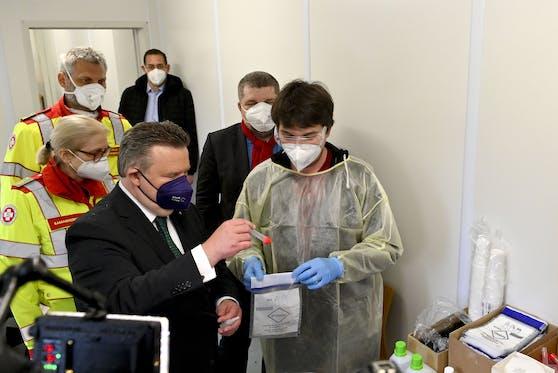 Bürgermeister Michael Ludwig (SPÖ) im Rahmen der Präsentation einer PCR-Testbox in Wien.