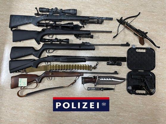 Eine Übersicht der Waffen des 20-Jährigen.