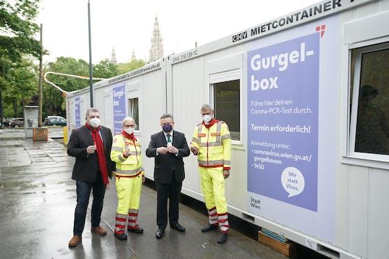 Wiens Bürgermeister Michael Ludwig (SPÖ, Zweiter von rechts) besuchte am Montag die neue Gurgelbox am Josef-Meinrad-Platz in der City.