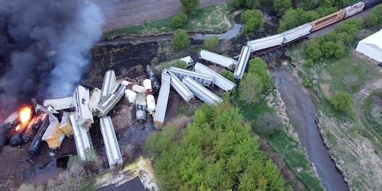 Im US-Bundesstaat Iowa ist ein Gefahrenguttransporter entgleist und explodiert.