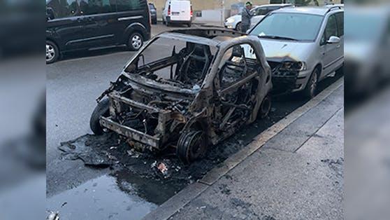 Das Auto brannte komplett ab.