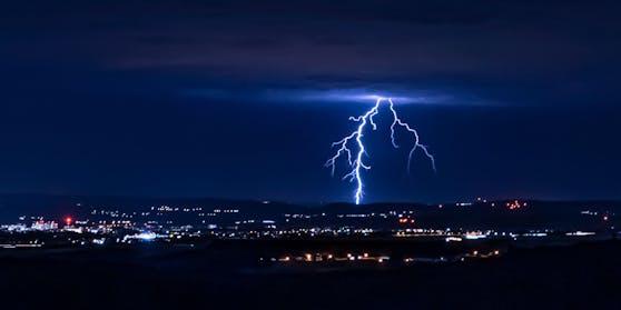 Ein Blitz über St. Pölten (Archivfoto vom 10.07.2020)