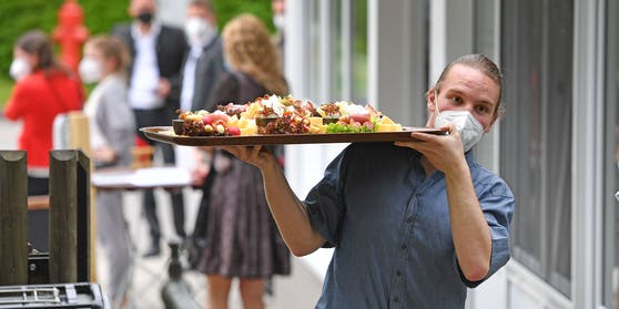 In Wien müssen Beschäftigte in der Gastronomie durchgehend getestet sein - oder eine Maske tragen.