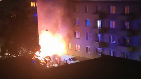 Ein Pkw brannte in der Nacht auf Montag aus.