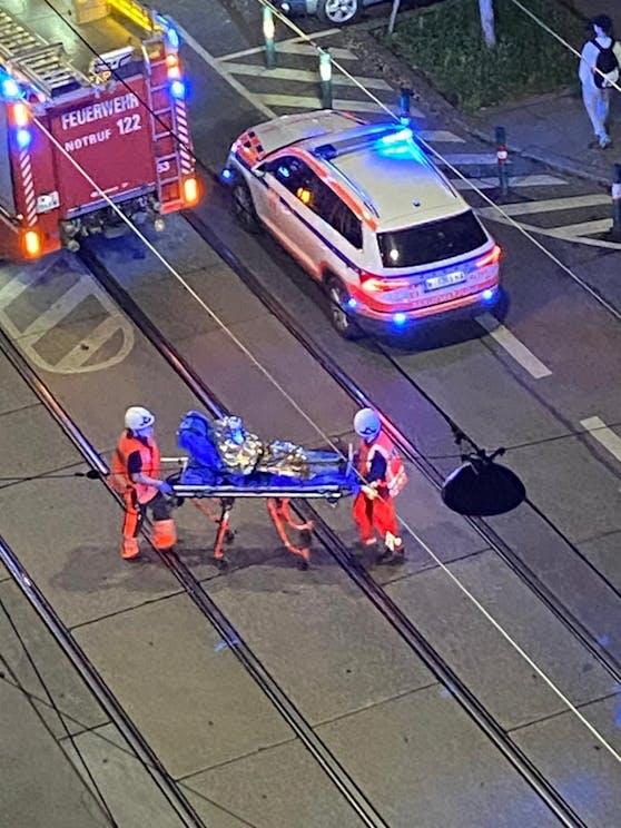 Einsatzkräfte von Rettung und Feuerwehr auf der Quellenstraße.