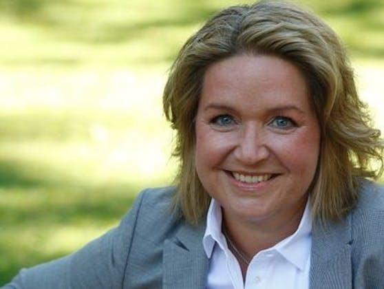 Gesundheitsminister-Sprecherin Margit Draxl freut sich, ihren Mann nach seiner OP zu herzen.