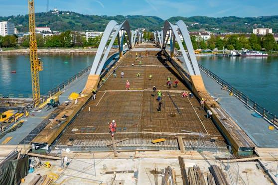Schon morgen wird die Eisenbahnbrücke vollständig betoniert sein.