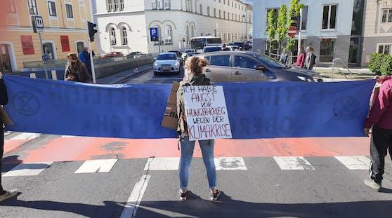 Die drei Demonstranten blockierten die Straße am Pfarrplatz.