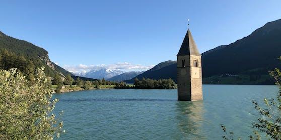 Der Kirchturm von Graun im Vinschgau