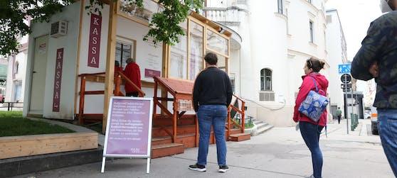 Die Wiener Volksoper stellte einen Vorverkaufscontainer auf.