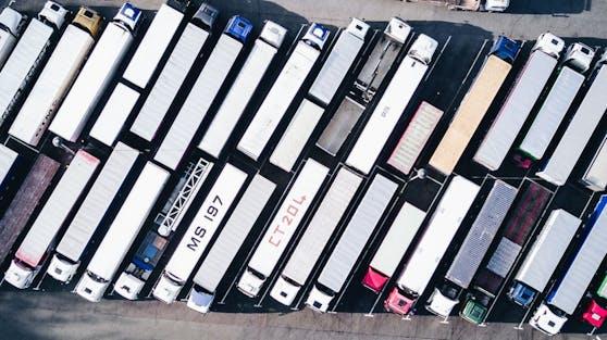 Während ein Lasterfahrer schlief, soll ihm ein anderer Treibstoff abgezapft haben.