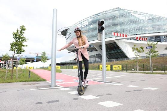 Weil sich E-Tretroller instabiler fahren als Fahrräder und Handzeichen Stürze und Unfälle verursachen können, will der ÖAMTC dass Hersteller neue Roller serienmäßig mit Blinkern ausstatten.