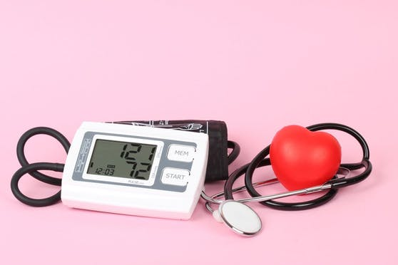 In jungen Jahren sind Frauen in puncto Blutdruck besser unterwegs als Männer. Das ändert sich später.